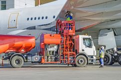 换装燃料飞机,飞行器维修燃料在机场 免版税库存照片