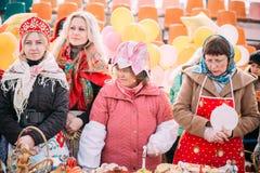 换酥皮点心的四名未知的美丽的妇女在Ma的庆祝 库存图片