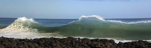 捣在玄武岩的波浪晃动在海洋海滩Bunbury西澳州 库存图片