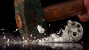 捣毁一个电灯泡的锤子 影视素材