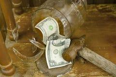 捣毁的金钱罐 免版税库存照片