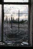 捣毁的玻璃窗框架有被弄脏的背景 库存照片