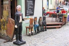 捷克克鲁姆洛夫、捷克- 2007年7月27日-老哀伤的侍者或男管家一个滑稽的木雕象入口的对一家餐馆与 免版税库存照片