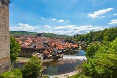 捷克克鲁姆洛夫与河的市视图在完善的晴天 库存照片