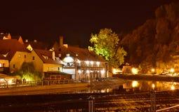 捷克克鲁姆洛夫和河伏尔塔瓦河在晚上 库存图片