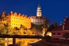 捷克克鲁姆洛夫城堡、城堡塔和伏尔塔瓦河河晚上视图  cesky捷克krumlov中世纪老共和国城镇视图 库存照片