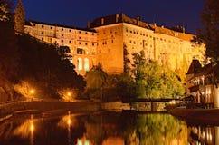 捷克克鲁姆洛夫城堡、浮桥和伏尔塔瓦河河晚上视图  cesky捷克krumlov中世纪老共和国城镇视图 库存图片