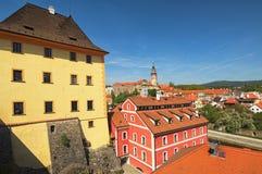 捷克克鲁姆洛夫城堡的全景,捷克克鲁姆洛夫和伏尔塔瓦河河的历史部分 春天早晨视图 cesky捷克krumlov中世纪老共和国城镇视图 免版税库存图片