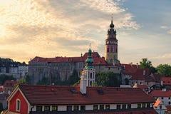 捷克克鲁姆洛夫城堡的图象在夏天下午期间的 cesky捷克krumlov中世纪老共和国城镇视图 库存照片