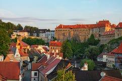 捷克克鲁姆洛夫城堡的图象在夏天日出期间的 cesky捷克krumlov中世纪老共和国城镇视图 免版税库存图片
