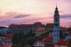 捷克克鲁姆洛夫城堡的图象在夏天日落期间的 cesky捷克krumlov中世纪老共和国城镇视图 库存照片