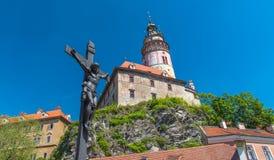 捷克克鲁姆洛夫市视图在晴天的中部与耶稣sc的 库存照片