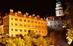 捷克克鲁姆洛夫教会城堡夜秋天 免版税库存照片
