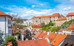 捷克克鲁姆洛夫,南波希米亚五颜六色的美丽如画的老镇  与红色铺磁砖的屋顶的老大厦 库存图片