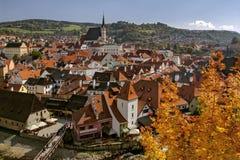 捷克克鲁姆洛夫,美好的都市风景在秋天晴天 cesky捷克krumlov中世纪老共和国城镇视图 历史城镇 联合国科教文组织世界遗产名录 库存图片