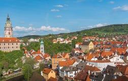 捷克克鲁姆洛夫cityview从上面在晴天 免版税库存图片