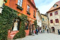 捷克克鲁姆洛夫历史的中心街道视图 免版税图库摄影