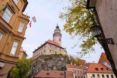 捷克克鲁姆洛夫在大厦之间的城堡视图 库存图片