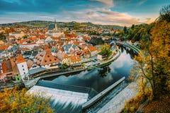 捷克克鲁姆洛夫,捷克共和国都市风景  在日落的秋天晚上 免版税库存图片