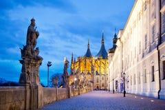 捷克共和国, Kutna Hora :2017年12月12日:与雕象的大阳台,阴险的人学院,圣Barbora大教堂,中波希米亚州, Kutna Hora 库存图片