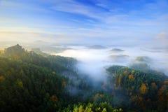 捷克典型的早晨秋天风景 小山和村庄有有雾的天空的 早晨漂泊瑞士公园秋天谷  小山 免版税图库摄影