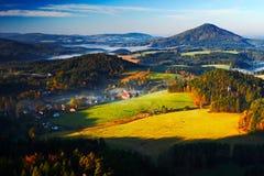 捷克典型的秋天风景 小山和村庄与有雾的早晨 早晨漂泊瑞士公园秋天谷  小山机智 免版税库存照片