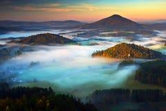 捷克典型的秋天风景 小山和村庄与有雾的早晨 早晨漂泊瑞士公园秋天谷  小山机智 免版税库存图片