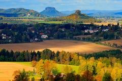 捷克典型的秋天风景 小山和村庄有太阳的 早晨漂泊瑞士公园秋天谷  与太阳, lan的小山 库存图片