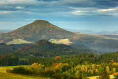捷克典型的秋天风景 小山和村庄,秋天森林漂泊瑞士公园的早晨秋天谷 与雾的小山, 免版税库存图片