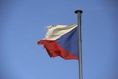 捷克反对蓝天的被撕毁的老旗子 免版税库存照片