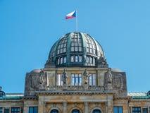 捷克大厦的工信部和贸易的圆顶与捷克旗子和雕塑的 库存图片