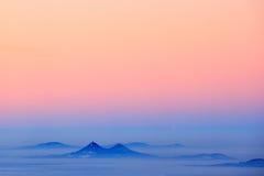 捷克小山纪念碑Bezdez 在捷克人秋天谷的冷的有薄雾的有雾的早晨  与雾,捷克的风景的小山 是 库存照片