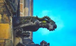 捷克建筑学,可怕山羊面貌古怪的人雕塑,哥特式寺庙 免版税库存照片