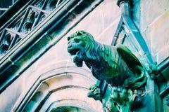 捷克建筑学,可怕狮子面貌古怪的人雕塑,哥特式寺庙 免版税库存照片