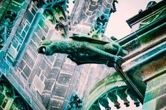 捷克建筑学,可怕猫面貌古怪的人雕塑,哥特式寺庙 免版税库存图片