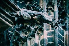 捷克建筑学,可怕面貌古怪的人雕塑,哥特式寺庙deco 库存照片