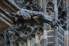 捷克建筑学,可怕面貌古怪的人雕塑,哥特式寺庙deco 免版税库存照片