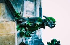 捷克建筑学,可怕面貌古怪的人雕塑,哥特式寺庙deco 免版税图库摄影