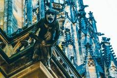 捷克建筑学,可怕面貌古怪的人雕塑,哥特式寺庙deco 图库摄影