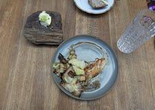 捷克烹调板材在食物游览游人的,布拉格,捷克中的 库存照片
