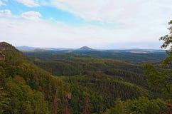 捷克瑞士漂泊瑞士鸟瞰图或Ceske Svycarsko国家公园 从Pravcicka Brana的看法 库存图片