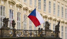 捷克的旗子老王宫的阳台的在布拉格 库存图片