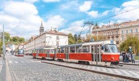 捷克的美丽如画的首都 在布拉格古老街道上的红色电车  库存照片