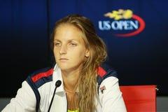 捷克的职业网球球员Karolina Pliskova在新闻招待会期间的在她的在美国公开赛的半决赛以后2016年 库存照片