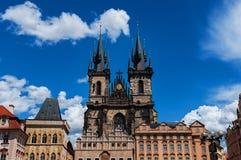 捷克老布拉格共和国城镇 在Tyn教会和扬・胡斯纪念品的看法在正方形如被看见从老镇城市 库存图片