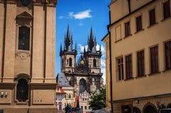 捷克老布拉格共和国城镇 在Tyn教会和扬・胡斯纪念品的看法在正方形如被看见从老镇城市 库存照片