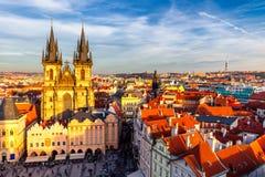 捷克老布拉格共和国城镇 在Tyn教会和1月H的看法 库存图片