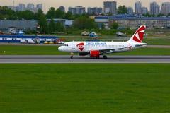 捷克航空公司空中客车A319-112航空器在普尔科沃国际机场在圣彼德堡,俄罗斯 免版税图库摄影