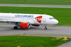 捷克航空公司空中客车A319-112航空器在普尔科沃国际机场在圣彼德堡,俄罗斯 免版税库存图片