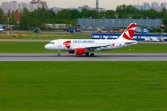 捷克航空公司空中客车A319-112飞机在普尔科沃国际机场在圣彼德堡,俄罗斯 免版税库存图片